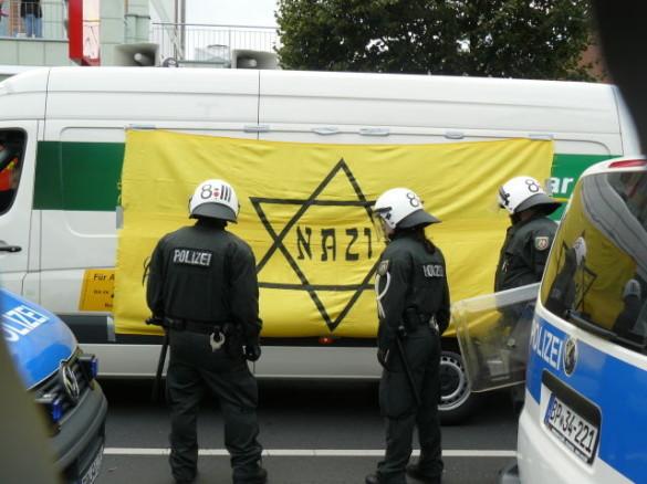 """Baim Aufmarsch in Bonn dürfen die Kameraden vom Aktionsbüro Mittelrhein den Lautsprecherwagen mit ihrem Transparent """"schmücken"""""""