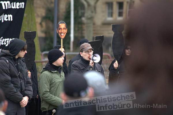 Matthias Herrmann redet beim Naziaufmarsch am 18.02.2012 in Worms