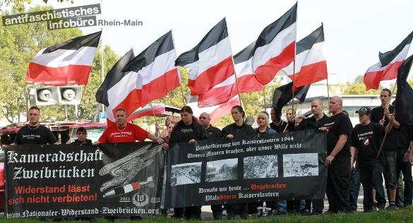 Aufgebaut. Neonazis aus der Pfalz posieren bei einem Aufmarsch am 28. September 2013 in Kaiserslautern