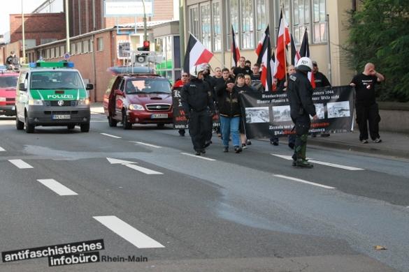 Gehweg statt Straße. Da in Kaiserslautern nur 40 Neonazis auftauchten, durften sie überwiegend nur den Gehweg nutzen.
