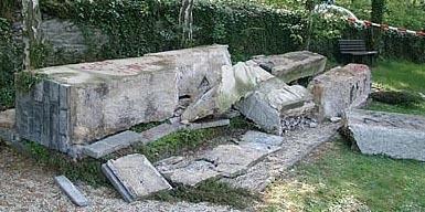 """Das """"Ehrenmal"""" nach der antifaschistischen Entsorgung.  Quelle: wikipedia.de"""